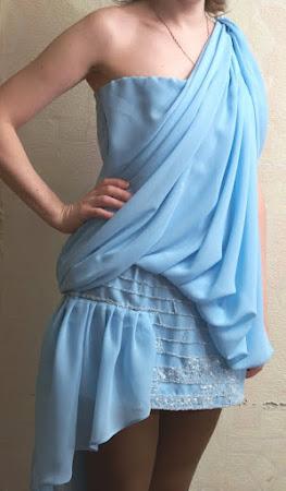 Юбка украшена вышивкой бисером и паетками.  К платью пристегивается длинная.