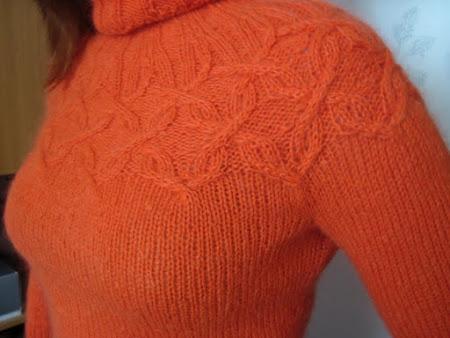 Пуловер с арановой кокеткой (cable yoke pullover) из ВОГ