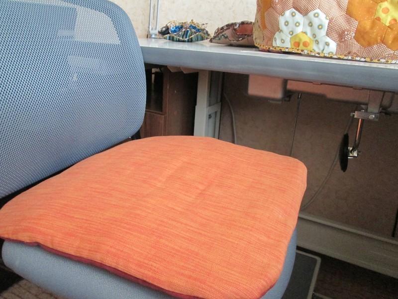5. Швейной частью подарка стало мягкое сиденье со съемным чехлом на стул.